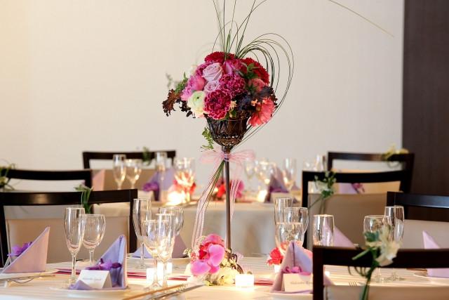 結婚式場のテーブルに飾られた花