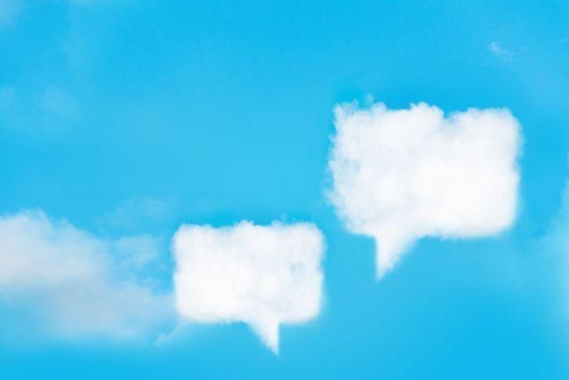 空に浮かぶ吹き出しの形をした雲